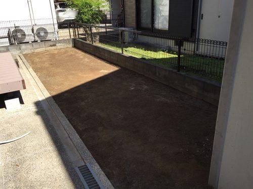 整地された庭