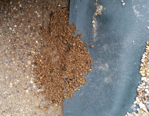 防草シートの上に土が流れてくる