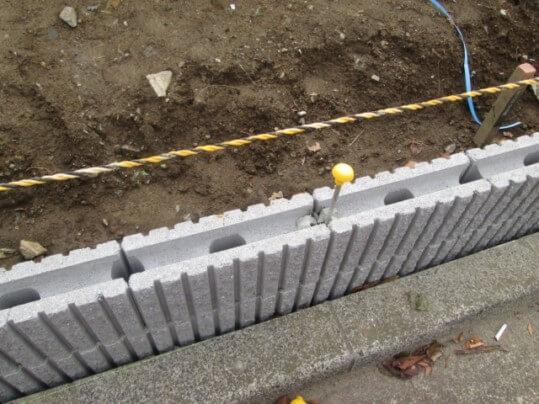 ブロックを基礎にしてフェンスを立てる