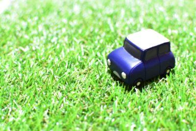 人工芝の上に車を置く