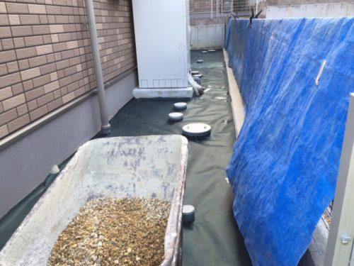 防草シートに砂利を入れる